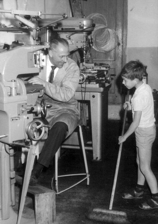 Opa en papa bij opa op het werk. Ongeveer in 1965.